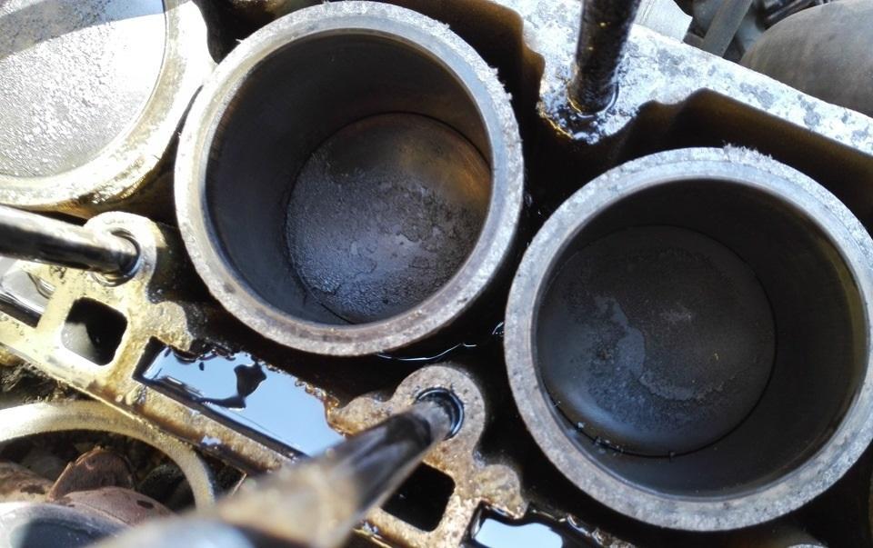 Результат детонации двигателя автомобиля - нагар на цилиндрах в двигателе