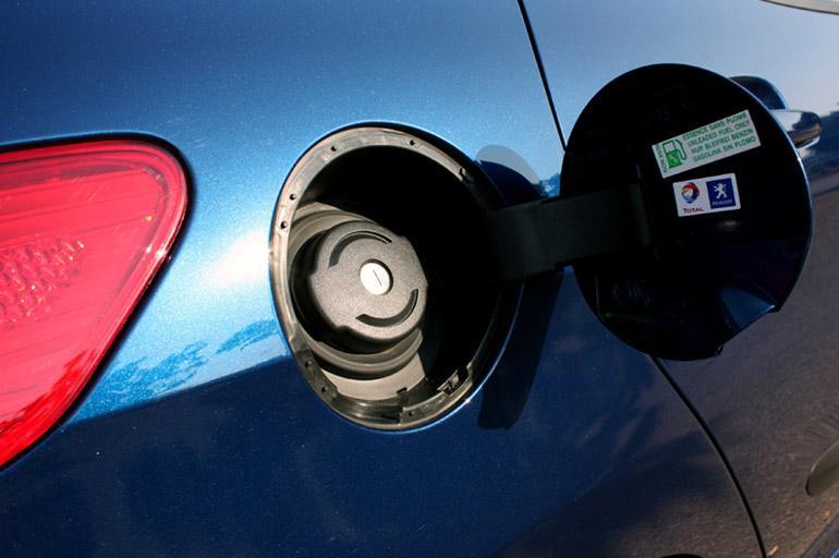 Стандартный способ подразумевает заливку особого состава в бензобак.